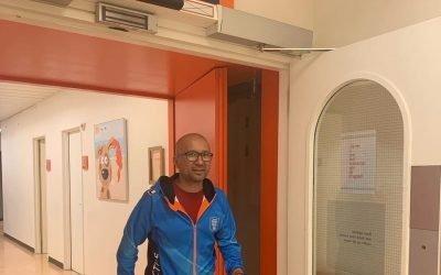 Hoofdcoach Habib Kazemi bezoekt UMCG kinderafdeling